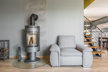 Nieuw interieur met fauteuil open haard in industriële stijl
