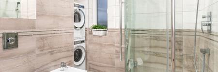 panorama-foto von eleganten badezimmer mit großer dusche, Hause ideen