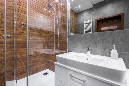 #63530790   Modernes Badezimmer Mit Holzwand, Dusche, Spiegel Und Weißer  Spüle