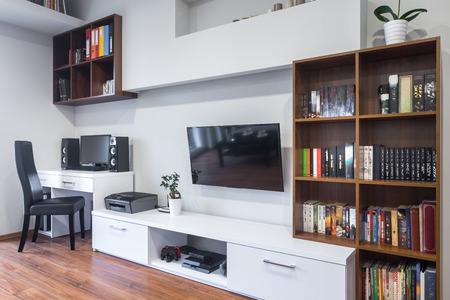 Interior casero moderno con televisión salón y zona de oficinas combinado