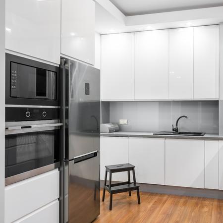 Panorama Der Modernen, Geräumigen Küche Mit Weißen Möbeln, Holzboden ...
