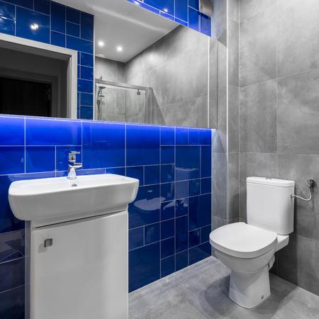 Funktionelle Bad Mit Schwarzen Fliesen, Roten Details, Spiegel, Weiß ...