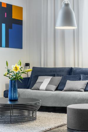 Acogedora sala de estar con sofá y mesa de centro a cielo abierto Foto de archivo - 68981634