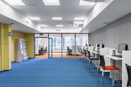 Light and spacious university interior with computer area Standard-Bild
