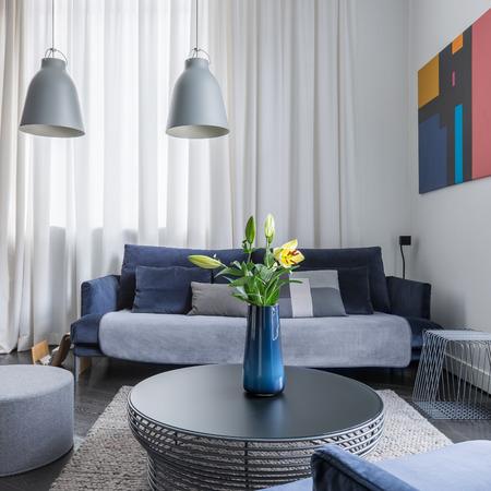 Standard Bild   Wohnzimmer Mit Weißer Wand, Dunkle Möbel Und Couchtisch Mit  Blumen In Vase