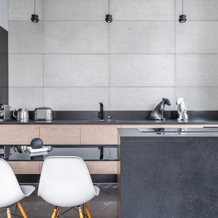 Moderne Küche Mit Grauen Wandfliesen Und Schwarzen ...