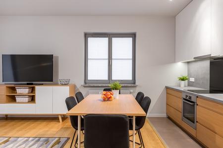 Moderne Offene Wohnung Mit Küche, Esszimmer Und Wohnzimmer Verbunden  Standard Bild   75245840