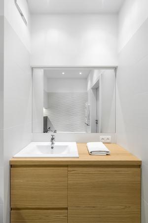 Intérieur de salle de bain luxueux avec grande commode en bois et miroir Banque d'images - 74883695