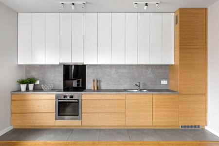 Vista De La Sala De Cocina Con Gabinetes De Madera, Encimeras De ...