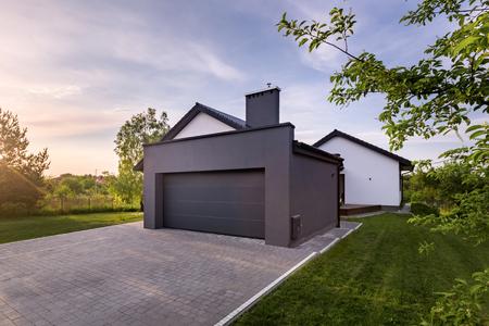 Buitenaanzicht van eengezinswoning met garage en oprit