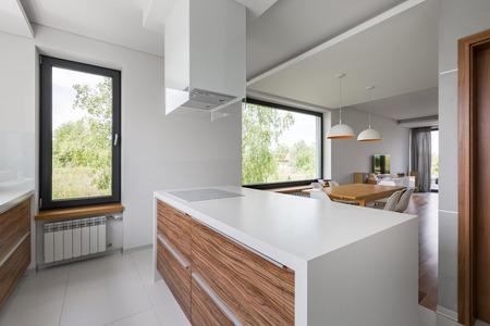 Luxurious open kitchen with island and white floor tiles Stockfoto