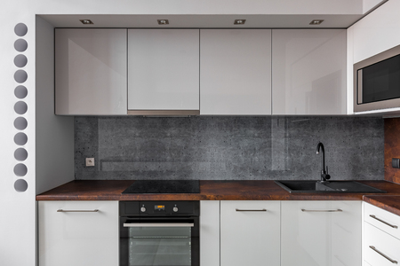 #90778258   Moderne Küche Mit Granit Backsplash Und Funktionellen Schränken