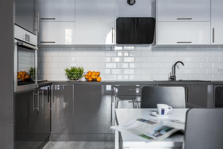 Hoogglans witte en grijze kasten in moderne keuken Stockfoto
