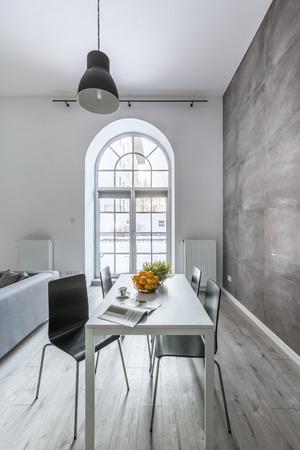 Einfaches Tisch Und Stühle Im Industriellen Stil Modern Wohnung ...