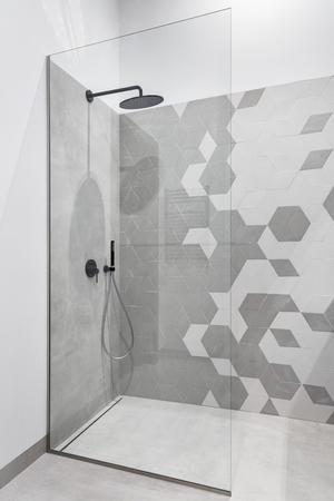 Baño moderno en gris y blanco con plato de ducha Foto de archivo