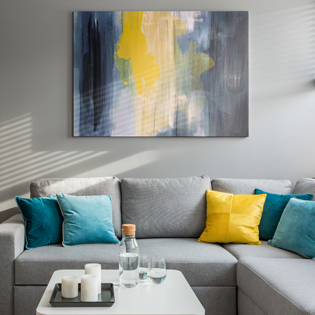 Wohnzimmer mit Ecksofa, bunten Kissen und weißem Couchtisch Standard-Bild