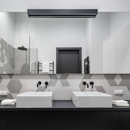 Elegant bathroom in black, white and gray with two washbasins and big mirror Banque d'images