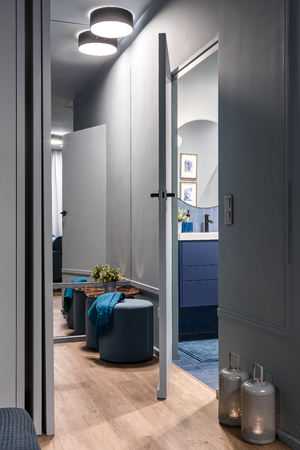 Donker interieur met moderne verlichting, open badkamerdeur Stockfoto