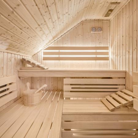 Luxueux sauna finlandais en bois dans le grenier d'une maison moderne Banque d'images