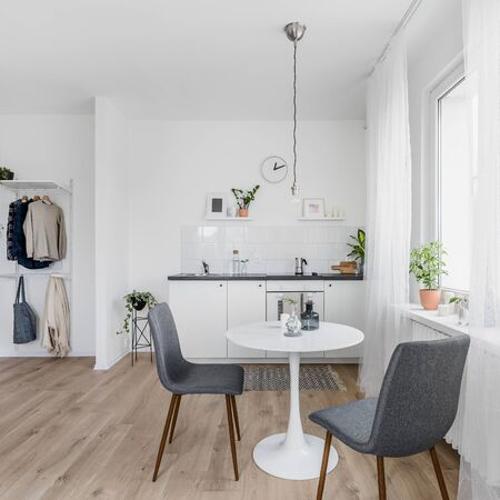 Interiore della cucina moderna con tavolo da pranzo rotondo e due sedie
