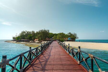 Hölzerner Pier auf Prison Island im Indischen Ozean in der Nähe von Sansibar Island