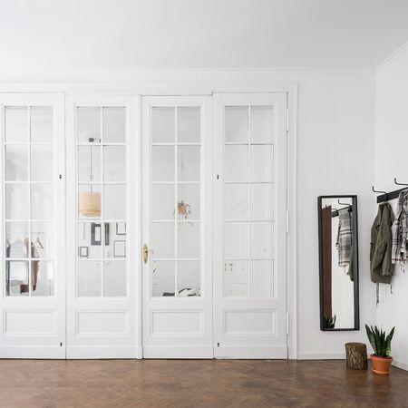 Home interior with classic, wooden doors and wooden floor Standard-Bild - 129442895