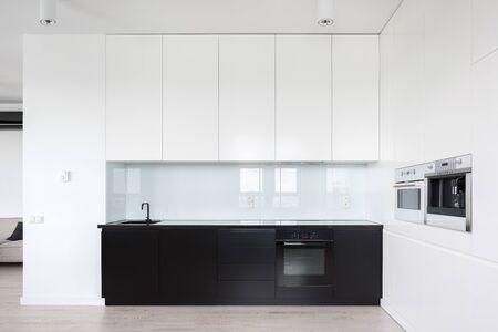 Elegant design in keukeninterieur met zwart-wit meubilair Stockfoto
