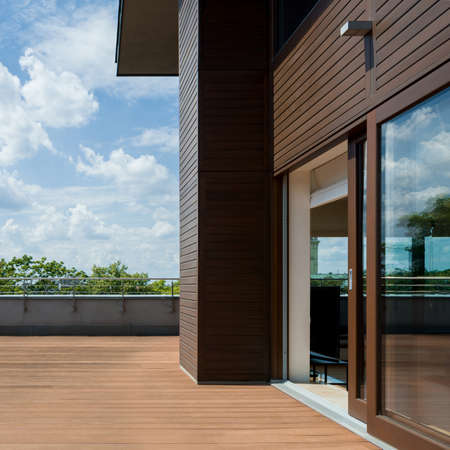 Spacious and nice terrace with wooden floor and walls, exterior view Banque d'images