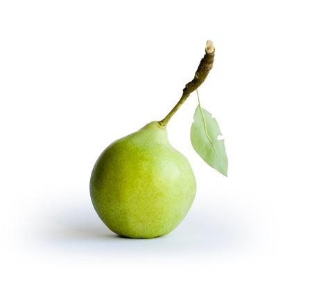 anjou: Verde pera con hoja sobre fondo blanco  Foto de archivo