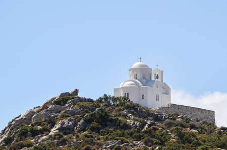 cycladic: Bella chiesa ortodossa greca isolato sulla cima di una montagna nella campagna dell'isola cicladica di Naxos in Grecia.