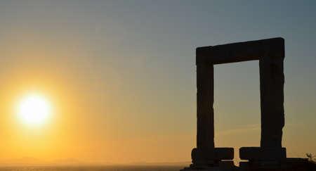 cycladic: Bella antico Apollo Portara con vista sulle isole Cicladi limitrofi nel tramonto di Naxos in Grecia. Archivio Fotografico