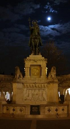 halaszbastya: Saint Stephen  Istvan statue on Fisherman`s bastion in Budapest at night