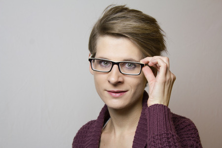 cabello corto: Portrait of a young woman with short hair and glasses