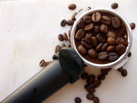 grind: Granos de caf�. Quemado granos listo para moler para su uso en la cafetera.  Foto de archivo