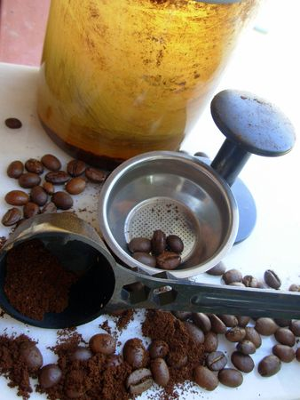 torrid: Grains of coffee. Burnt grains ready to grind to use in the coffee maker.
