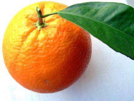 Photo d'une orange navel d'isolement sur un fond blanc Banque d'images - 675020
