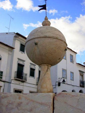 eacute: Molto antica sorgente nella piazza Porte deMoura in andamp, Eacute, Vora  Archivio Fotografico
