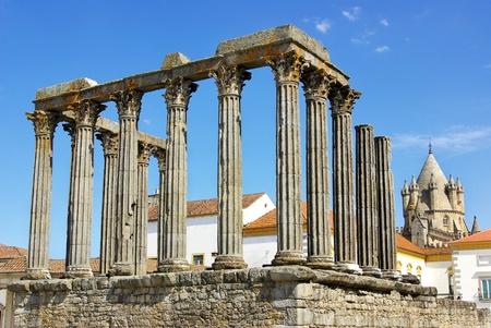 Römischer Tempel- und Kathedralenturm von Evora, Portugal. Standard-Bild - 9870702