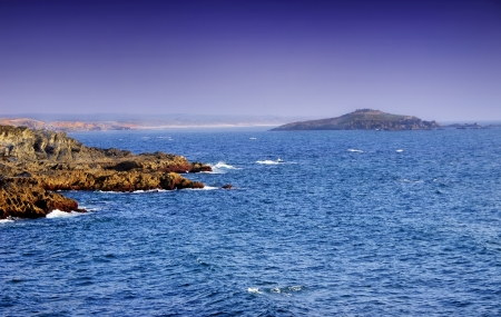 mare agitato: Mare e l'isola vicino al villaggio di Porto Covo Archivio Fotografico