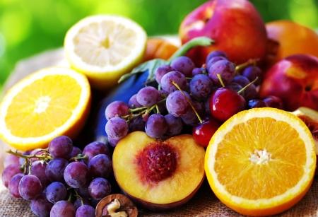 감귤류의 과일: Slices of peach, grapes and citrus fruits