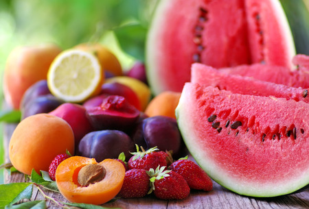 frische Früchte auf Holztisch Standard-Bild