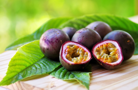 Passion fruits on wooden table Banque d'images