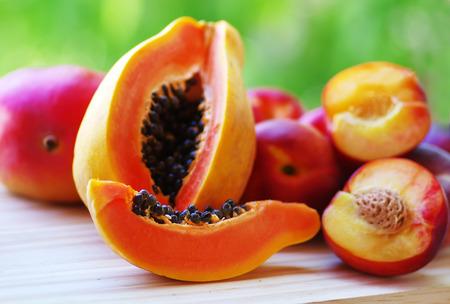 mango: papaja i mango pokrojone owoce na stole.