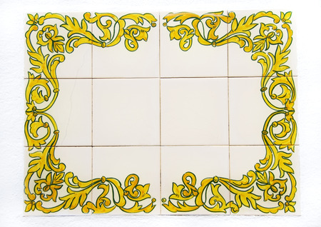 placa bacteriana: Antigua placa de azulejos en la pared