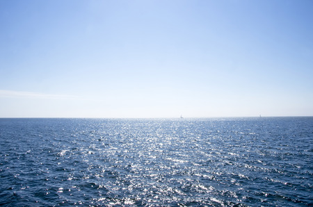 horizonte: mar azul en la mañana. Foto de archivo