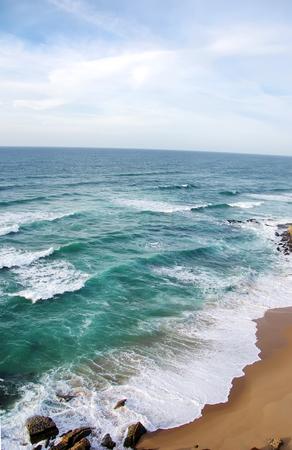 signe de la main: Waves le long de la plage au sable étayés Portugal