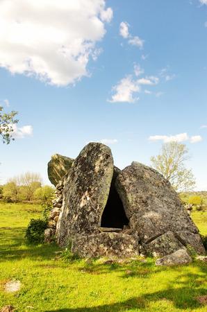 edad de piedra: Anta desde la edad de piedra en el Alentejo Dolmen, distrito Portaleggre.