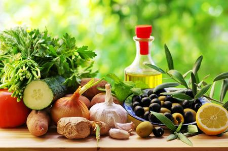 Oliven und Zutaten der mediterranen Küche Standard-Bild - 59656174