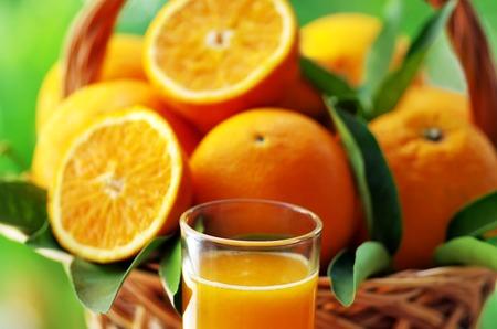 verre de jus d orange: gros plan de verre de jus d'orange et de fruits Banque d'images