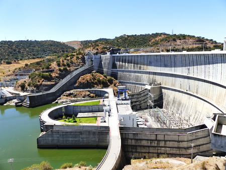 hydroelectric power station: Dam of a hydroelectric power station barrage, Portugal